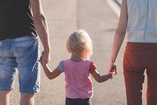 手を繋いでいる家族