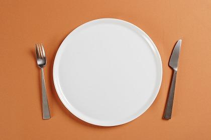 お皿とスプーン、フォーク