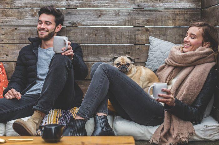 犬と一緒にいる人