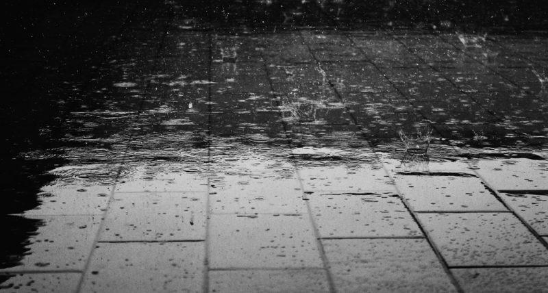 雨に打たれるアスファルト