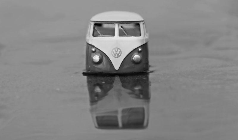 水没する車