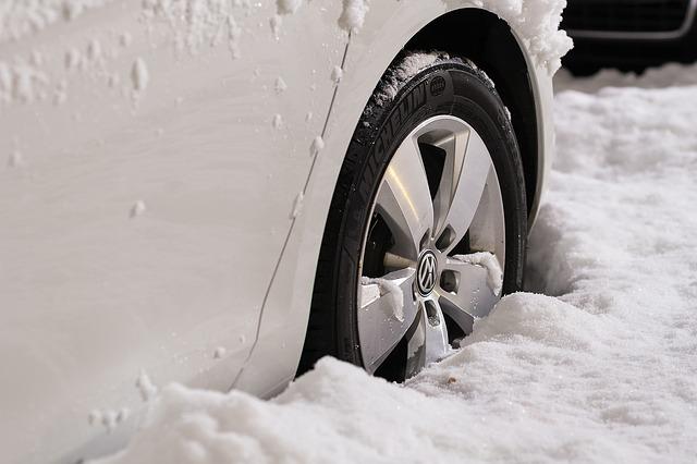 雪に埋まったタイヤ