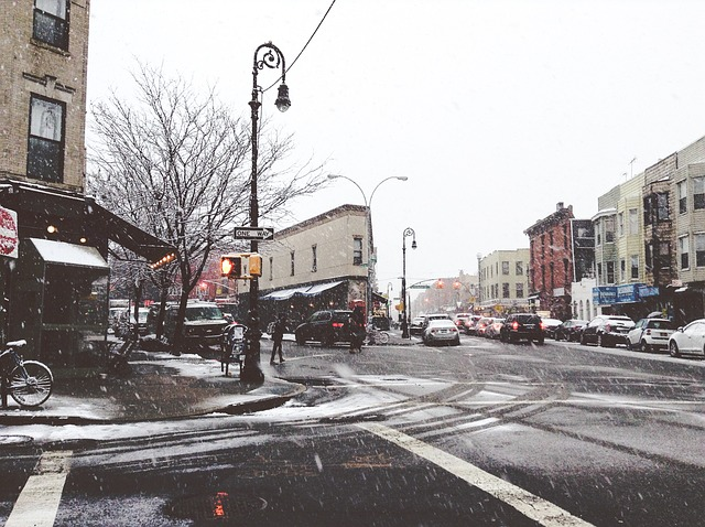 雪が降っている交差点